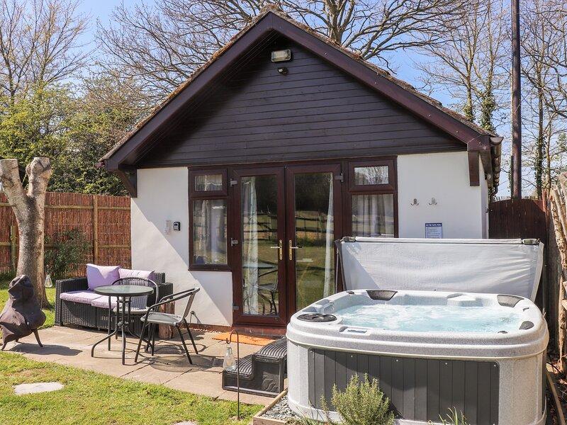 Pheasant Lodge, hot tub, open-plan living, fire pit, near Wimborne Minster, holiday rental in Corfe Mullen