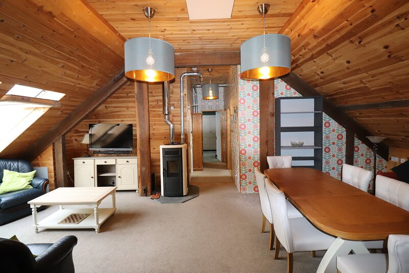 Apartment with amazing views of Snowdon and surrounding mountains., vacation rental in Groeslon