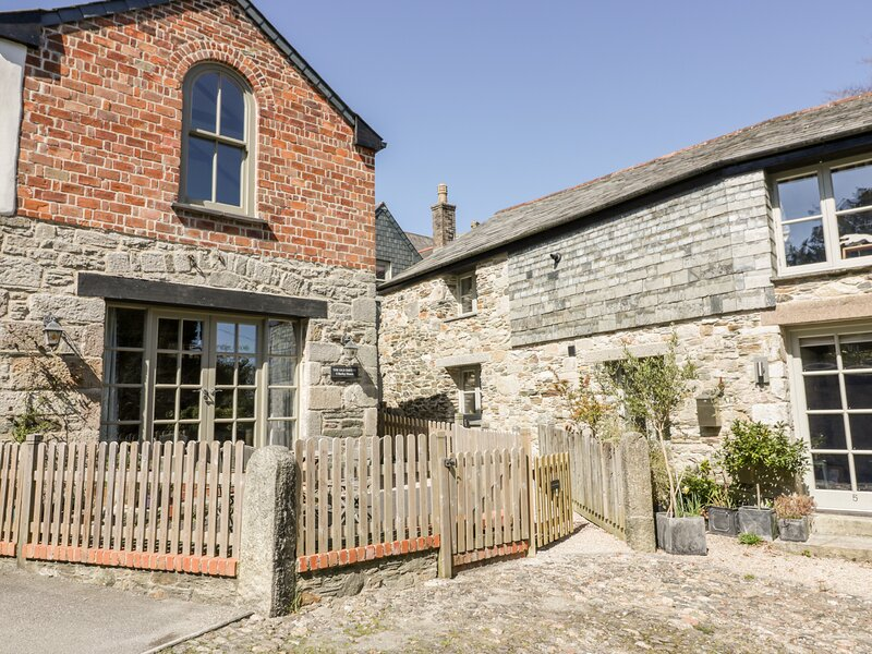 THE OLD SMITHY, character inn conversion, close to amenities, shared courtyard, vacation rental in St Columb Major