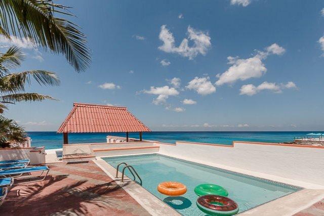 Villa Princesa - 7 Bedrooms, Oceanfront, Bike Path to Town, location de vacances à Cozumel