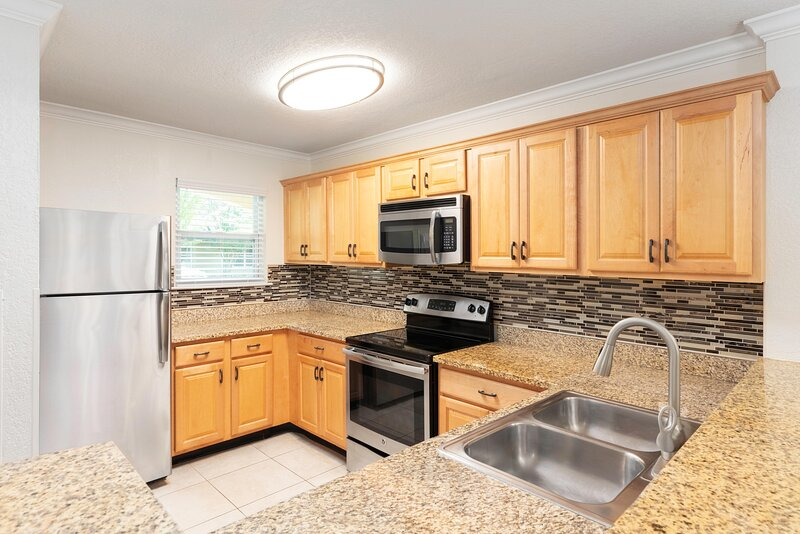 Family-Friendly Villa Two Miles from Disney w/ Resort Pool, Full Kitchen & WiFi, holiday rental in Bay Lake