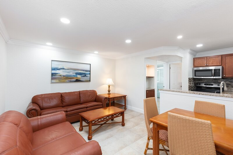 Family-Friendly Villa Two Miles from Disney w/ WiFi, Full Kitchen & Resort Pool, holiday rental in Bay Lake