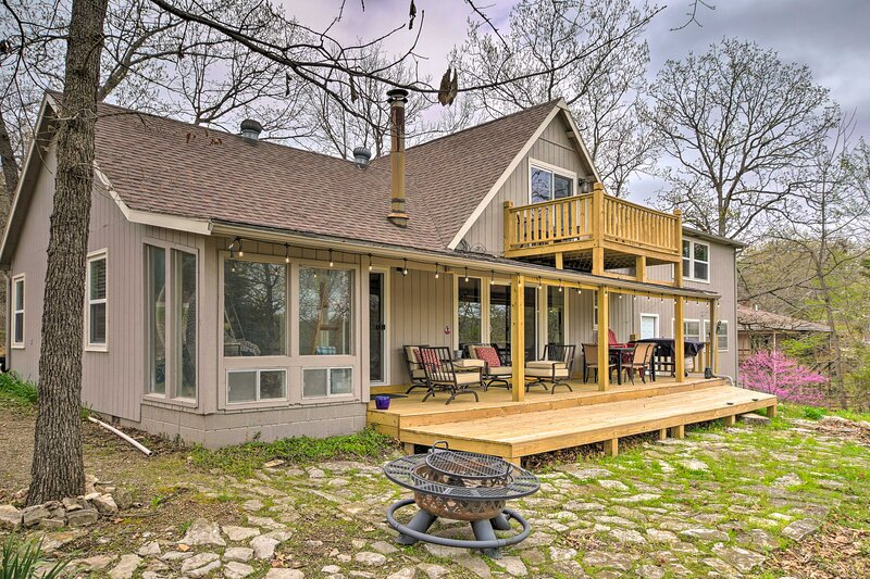 NEW! Modern Family Home w/ View on Table Rock Lake, holiday rental in Shell Knob