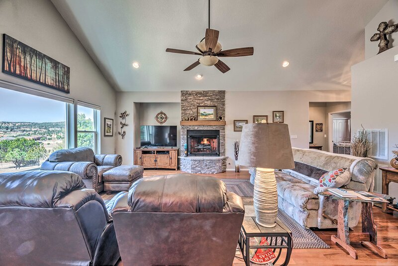 NEW! Ruidoso Retreat w/ Private Balcony, Mtn Views, holiday rental in Nogal
