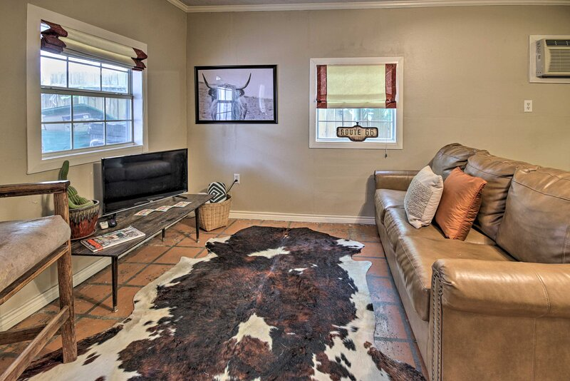 NEW! Pet-Friendly Houston Heights Home w/ Fire Pit, alquiler vacacional en Humble