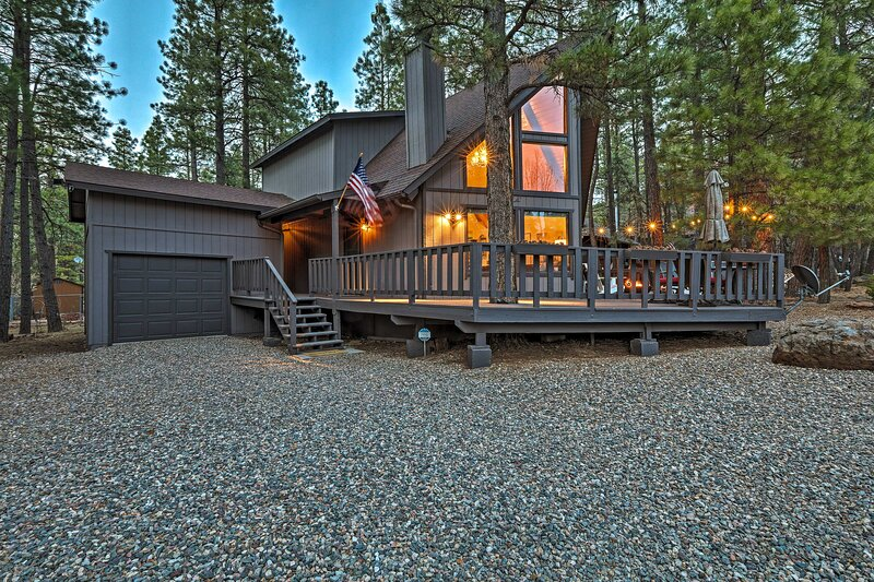 NEW! 'Animal Hill Retreat' with Deck + Fire Pit!, casa vacanza a Munds Park