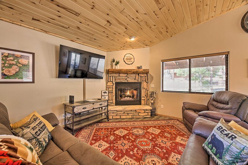 NEW! Family Cabin w/ Porch ~ 3 Mi to Fool Hollow!, vacation rental in White Mountain Lake