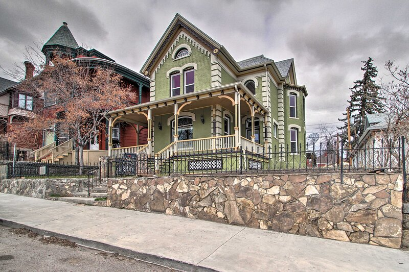 NEW! Historic Queen Anne Home < 1 Mile to Uptown!, alquiler de vacaciones en Butte