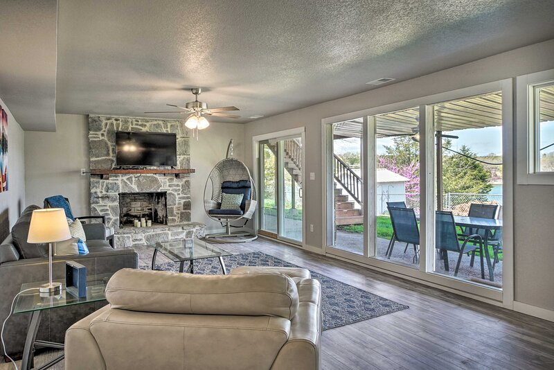 NEW! Chic Lakefront Home w/ Deck, < 1 Mi to Marina, holiday rental in Shell Knob