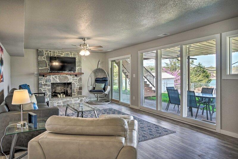 NEW! Chic Lakefront Home w/ Deck, < 1 Mi to Marina, Ferienwohnung in Golden