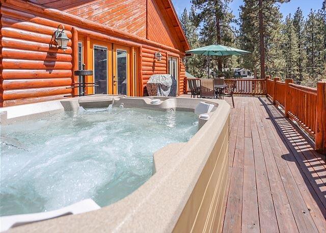 BEAUTIFUL LOG Retreat! CLOSE to LAKE! Private Hot Tub VIEWS, location de vacances à Lucerne Valley
