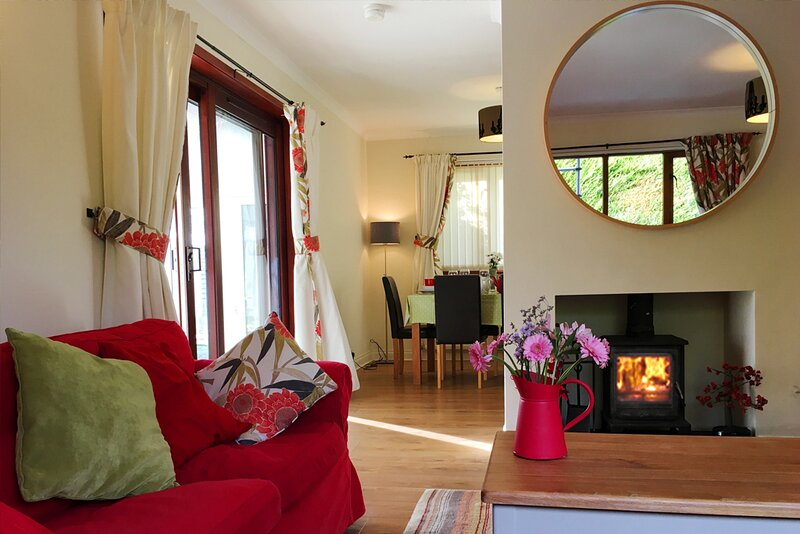 Midwood Lodge with woodland garden, treehouse, parking, 5 mins walk to beach, holiday rental in Longhoughton