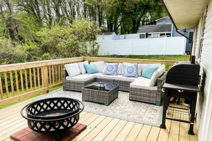 New! Cozy Farmhouse with Private Deck, holiday rental in Severn