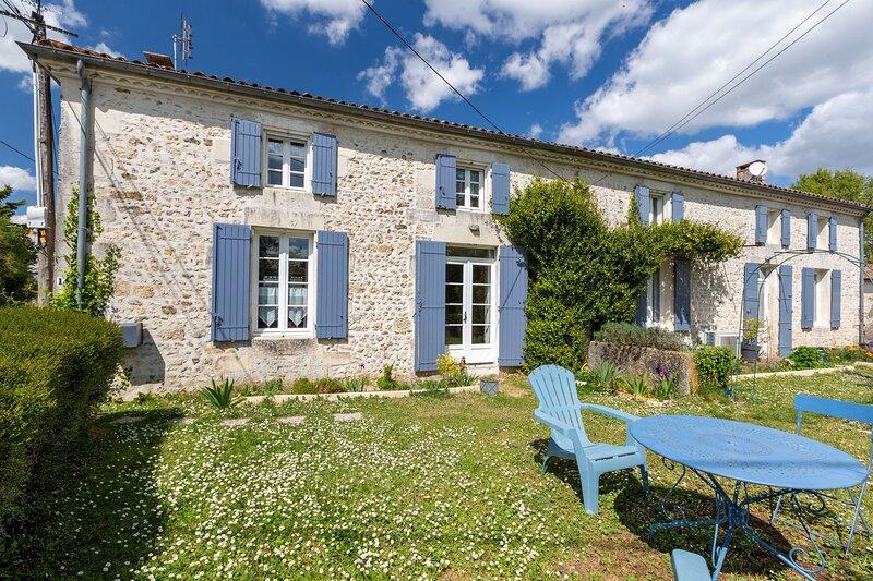 Le Cottage Bleu - Gîte avec piscine partagée, vacation rental in Chenac-Saint-Seurin-d'Uzet