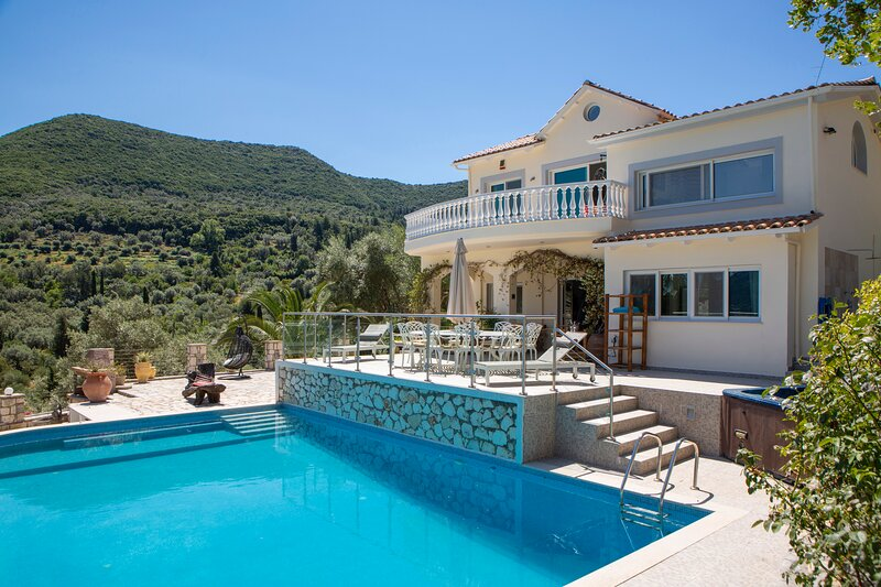 5 bedroomed villa with large pool and stunning sea views, location de vacances à Spartochori