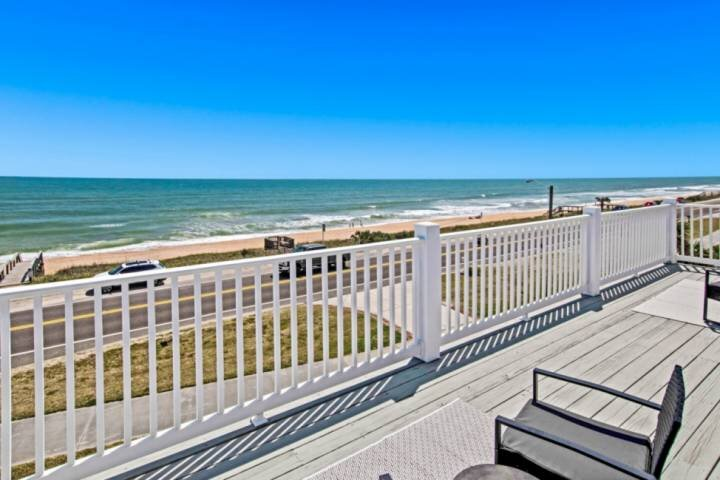 Newly Listed Updated Home with Amazing Ocean Views Private Pool Steps to the Bea, alquiler de vacaciones en Flagler Beach