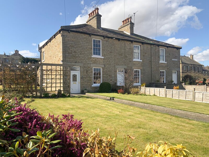 MINERS COTTAGE, detached Grade II listed cottage, open fire, spacious front and, location de vacances à Mickleton
