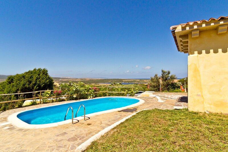 Villa Azzurra 8 posti letto con piscina, vacation rental in Punta de su Torrione