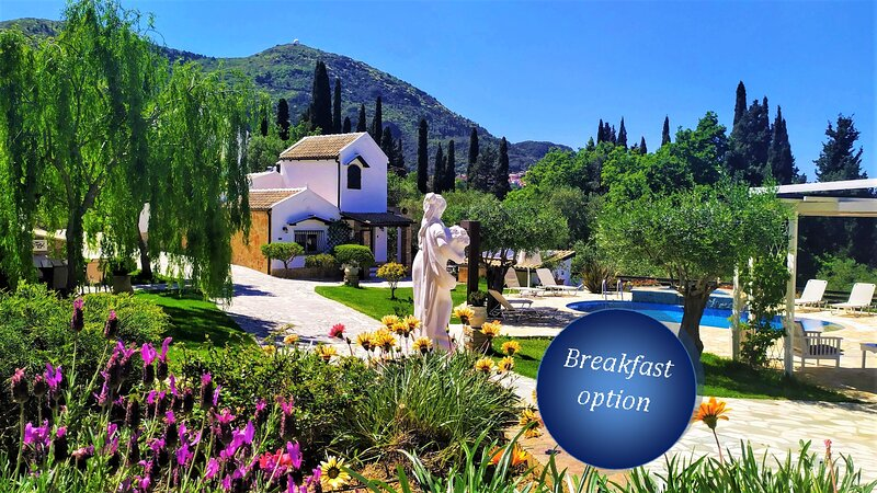 villa Claire and Guest House:central Corfu,total privacy near resort,pool,BBQ,WF, holiday rental in Achilleio