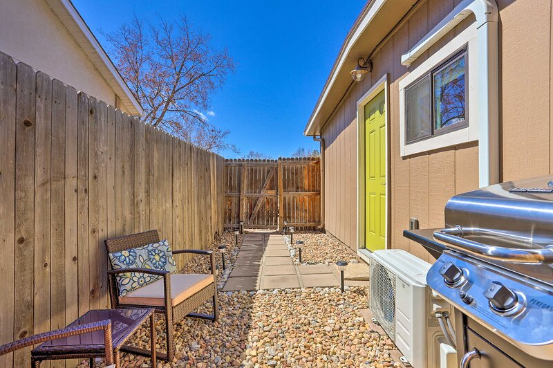 NEW! Quaint Studio w/ Grill - 7 Mi to Dtwn Denver!, holiday rental in Commerce City