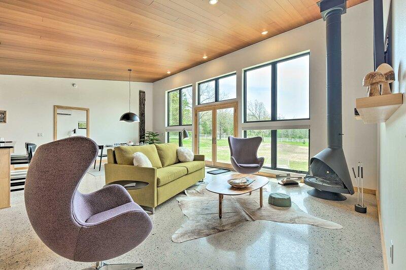NEW! Chic Contemporary Home on 4 Acres w/ Fire Pit, location de vacances à Huntsville