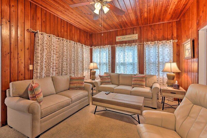 NEW! Sunny Home w/ Porch by Halifax River + Beach!, alquiler de vacaciones en Holly Hill