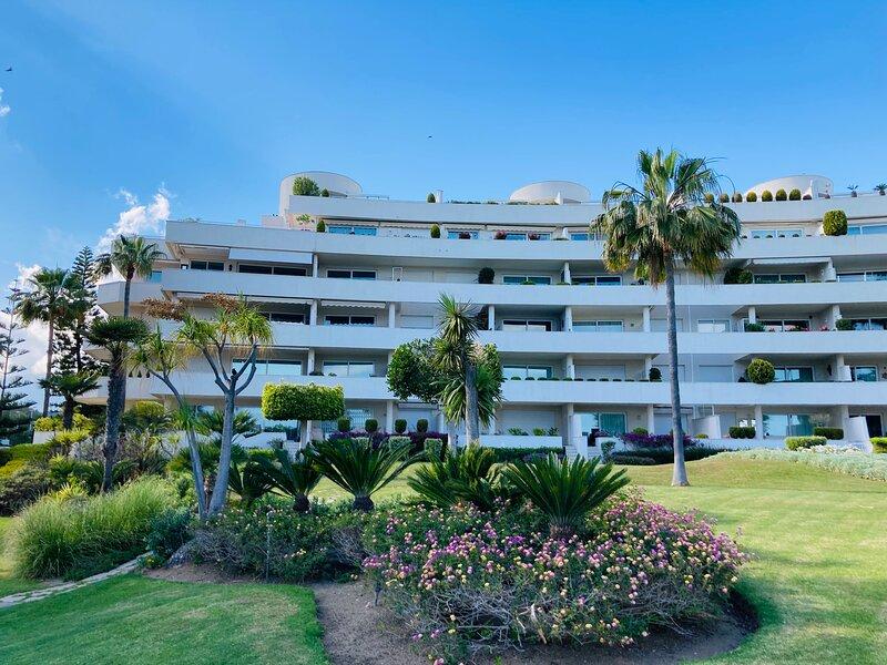 Beachfront rooftop penthouse in Los Granados Playa (Estepona) with private pool, location de vacances à Cancelada