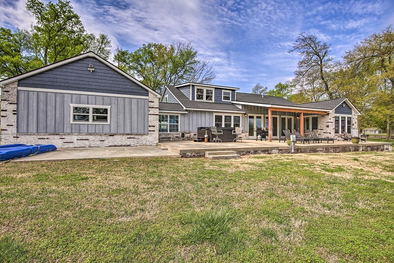 NEW! Upscale Lake House w/ Hot Tub & Shared Dock!, holiday rental in Fairland