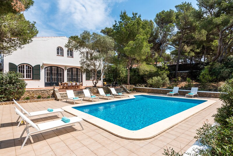 Villa Los Dragones - big private pool, free WiFi GOLF, holiday rental in Fornells
