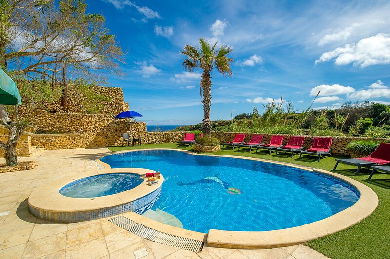 A Spectacular Farmhouse With A Large Kidney Shaped Pool, location de vacances à Xaghra