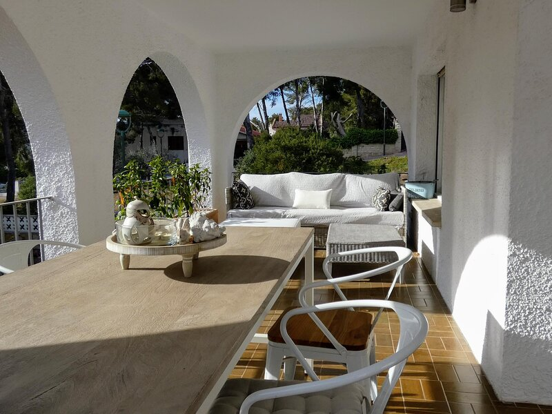 House in a quiet area with barbecue 600m beach, casa vacanza a Nulles