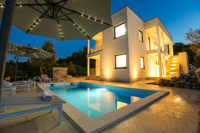 Luxury Apartment Mauro Bronze with Pool, aluguéis de temporada em Dragove