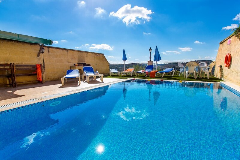Stunning Farmhouse With Private Sunny Pool & Spectacular Views, holiday rental in Ggantija