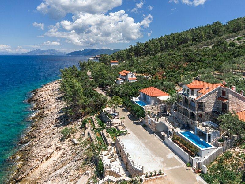 Holiday Home Dona Maria - Three-Bedroom Holiday Home with Pool and Sea View, aluguéis de temporada em Prigradica