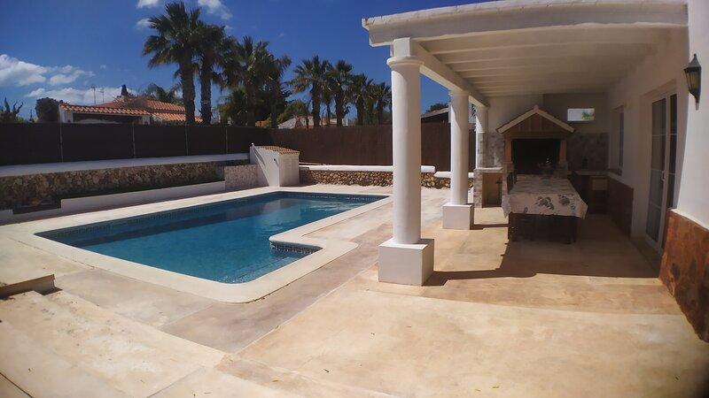 Villa muy cerca de la playa con piscina privada, alquiler vacacional en Ciudadela