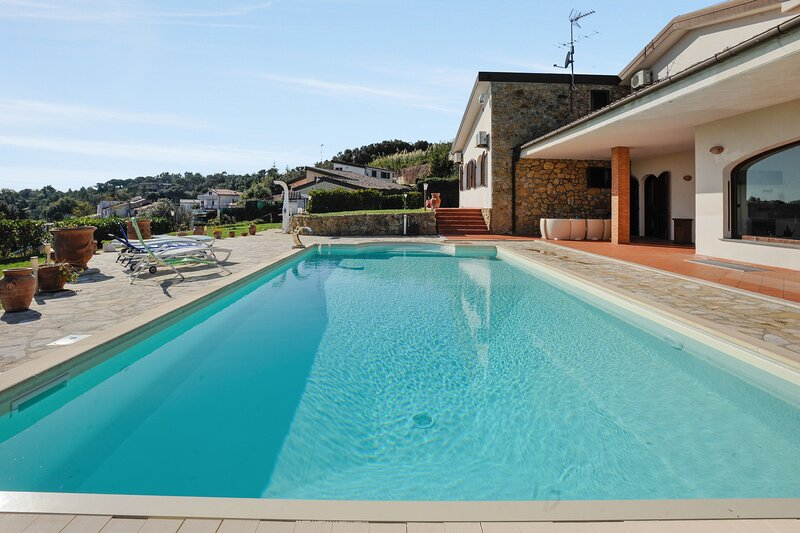 Amazing villa with swimming-pool, alquiler de vacaciones en Quercianella