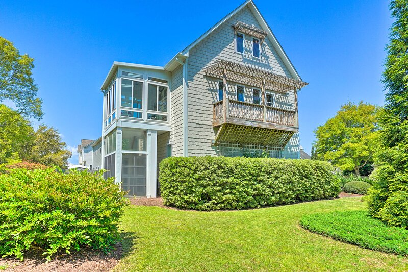 NEW! Bright Cape Cod-Style Home - 6 Mi to Topsail!, alquiler de vacaciones en Jacksonville