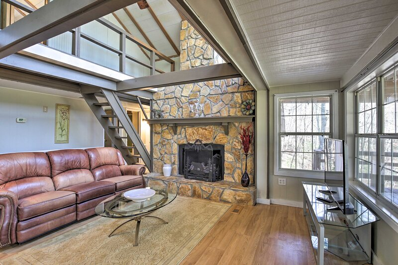 NEW! Spacious Sky Valley Cabin w/ Deck & Fireplace, holiday rental in Sky Valley