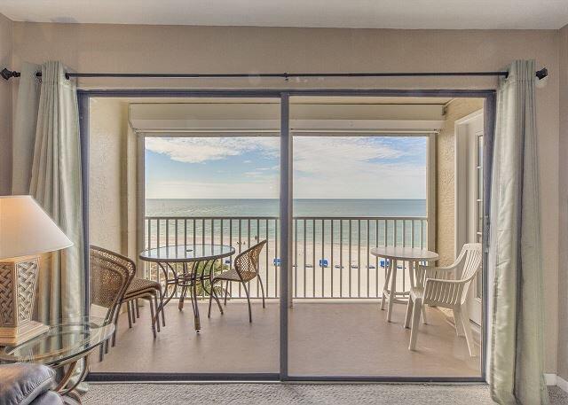 Remodeled Direct Beachfront Views at John's Pass - Free WiFi ., alquiler vacacional en Madeira Beach