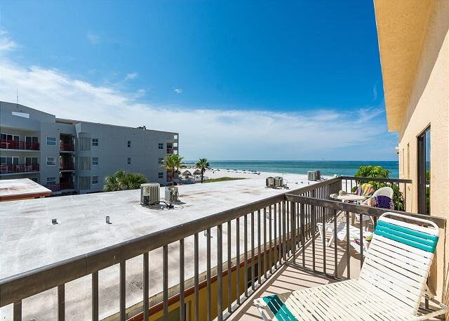 Beach & Gulf Views, xtra large Townhouse, Covered Balcony - Free WiFi, holiday rental in Madeira Beach