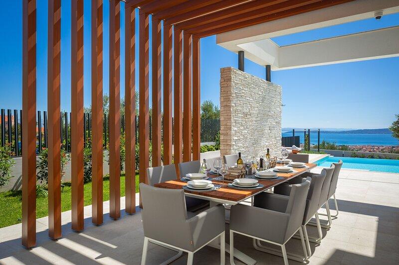Villa Grandiosa – Luxury villa with heated pool and sea view, Split, aluguéis de temporada em Kastel Stari