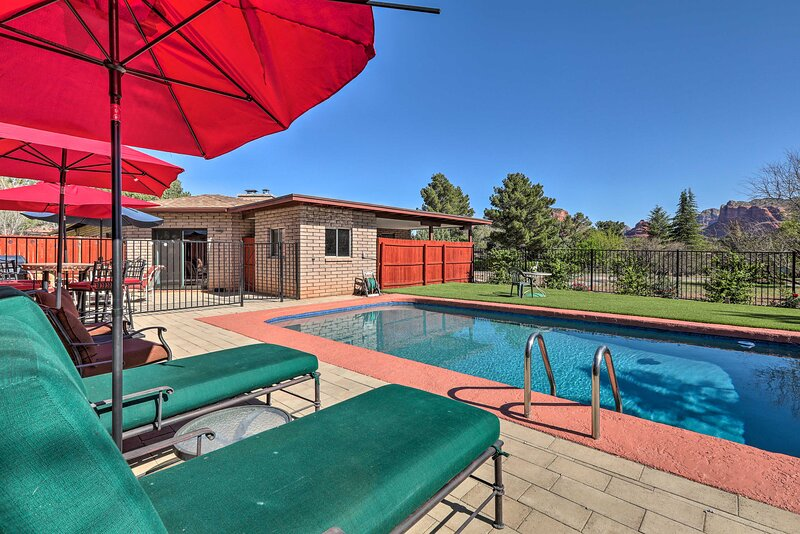 Sedona Home on 1 Acre w/ Pool+Red Rock Views!, casa vacanza a Rimrock