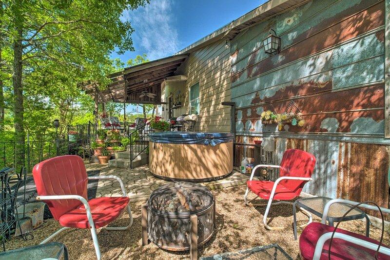 College Station Lodge w/Hot Tub & Prvt. Courtyard!, casa vacanza a Wellborn