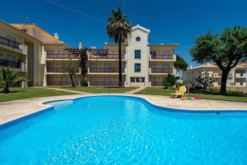 Albufeira T2 Casablanca, Pool, wifi, holiday rental in Areias de Sao Joao