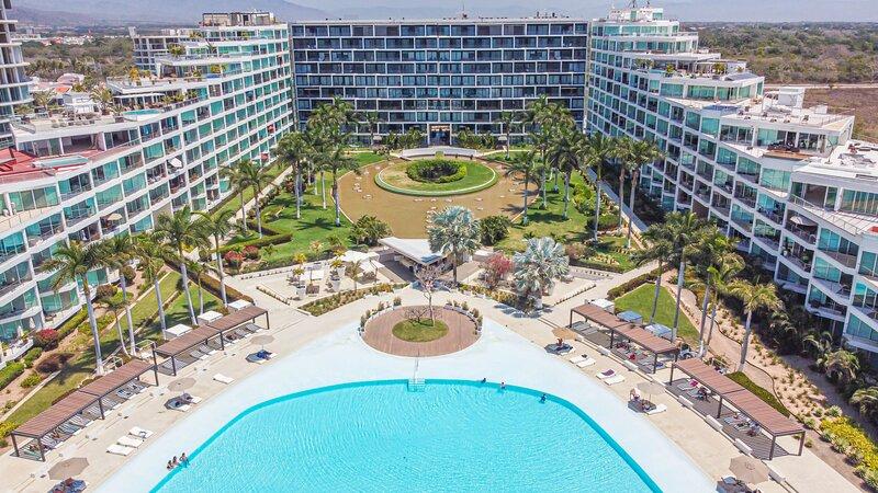 The Beachfront Taj Aria Apartment in Vallarta TOP Amenities 507 PV, alquiler de vacaciones en Flamingos