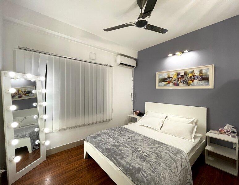 Warm Tone - Book Third Bedroom with Attached Washroom at Dhaka Dreamin', casa vacanza a Divisione di Dhaka
