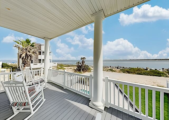 Oceanfront Pirate's Paradise w/Pool, Balconies & Ocean View - Walk Everywhere, casa vacanza a Saint Augustine