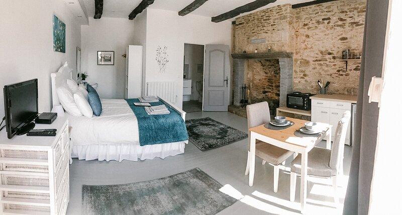 Maison de Vacances a Brambuan - La Terrasse Suite, holiday rental in Plumelec