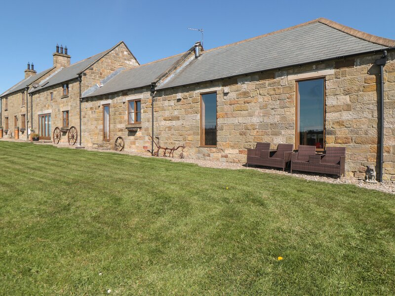 LONGSTONE COTTAGE, pet friendly, character holiday cottage, with a garden in, vacation rental in Lealholm