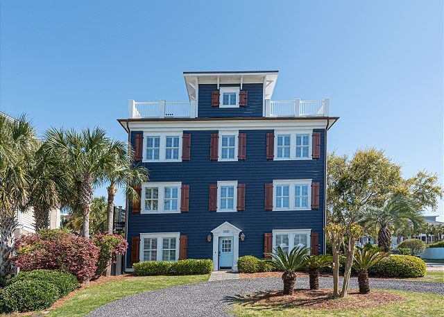 Blue Haven: Rooftop Lounge, Pool, and One Block from Beach, holiday rental in Isle of Palms